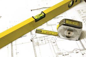 Des plans de construction avec des outils. Image d'architecture et de travail, la création d'immoblier.